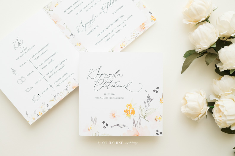 การ์ดแต่งงานแบบพับได้ 2 พับ แบบการ์ดแต่งงาน ออกแบบการ์ดแต่งงาน พิมพ์การ์ดแต่งงาน ขนาด ราคา ปั๊มทอง ปั๊มนูน ปั๊มฟอยล์ ไดคัท การ์ดพับ การ์ดประกบ