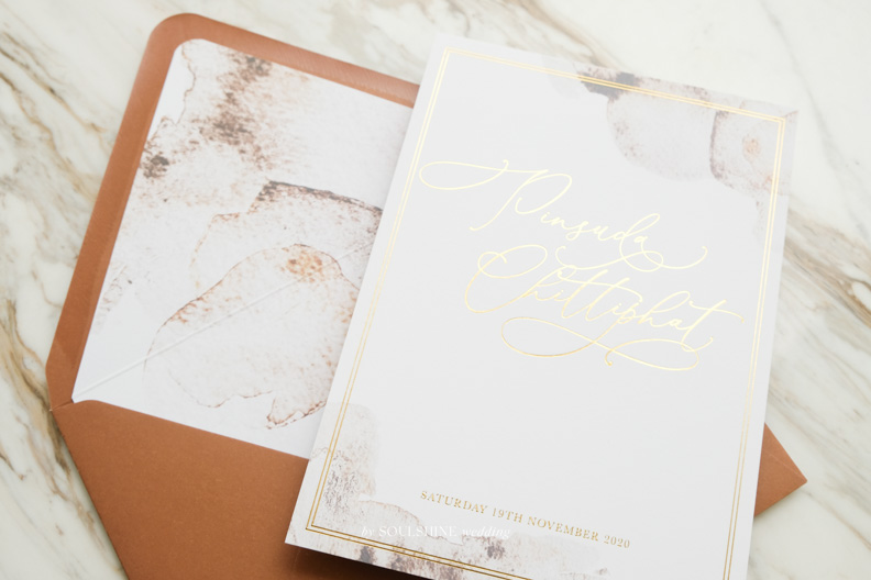 การ์ดแต่งงานปั๊มฟอยล์เต็มหน้า การ์ดแต่งงาน การ์ดงานแต่ง แบบการ์ดแต่งงาน ออกแบบการ์ดแต่งงาน พิมพ์การ์ดแต่งงาน ราคา ปั๊มทอง พิมพ์ซองการ์ด